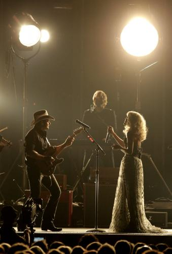 Host-Brad-Paisley-and-Carrie-Underwood-at-the-2011-CMA-Awards-in-Nashville_24