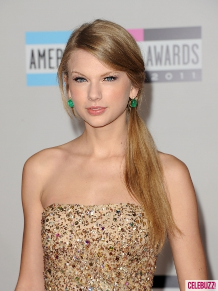 Taylor-Swift-at-the-2011-American-Music-Awards-9-435x580