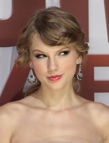 Taylor-Swift-at-the-2011-CMA-Awards-in-Nashville_2