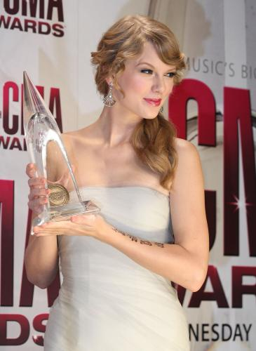 taylor swift, taylor swift hair, taylor swift hair style, deep side parted hair