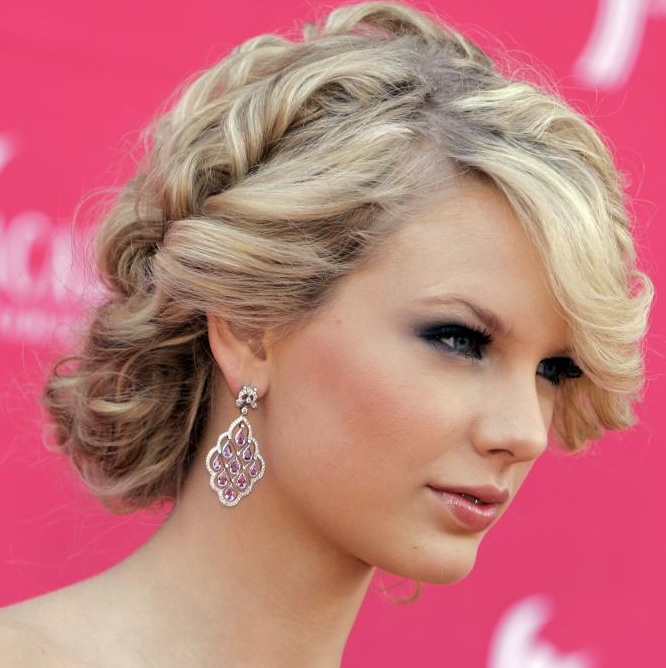 taylor swift, taylor swift hair, taylor swift updo, taylor swift messy hair