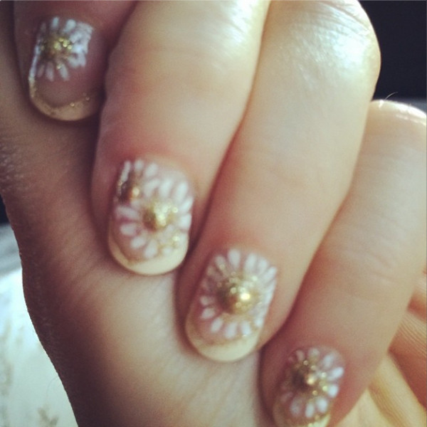 zooey deschanel, zooey deschanel nails, zooey deschanel golden globe nails